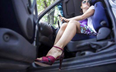 Guidare con i sandali